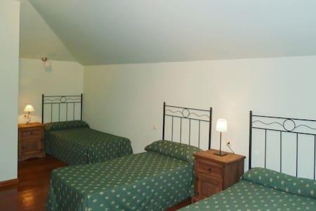 3  dormitorios para 8 y  baño  por 110 euros/noche - Llamero