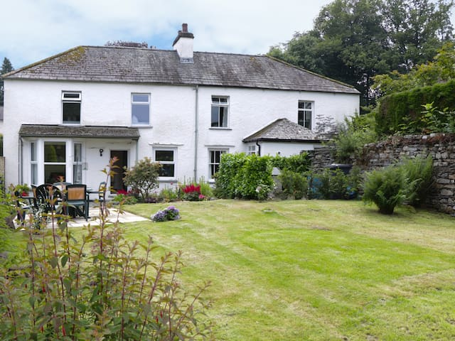 CAMELLIA COTTAGE, romantic in Bowness-On-Windermere, Ref 957116