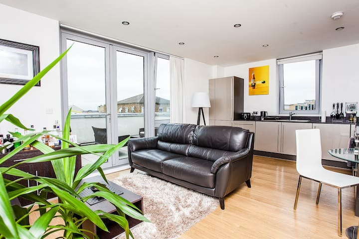 Modern 1 Bed with Beautiful Terrace- Limehouse - London - Apartment