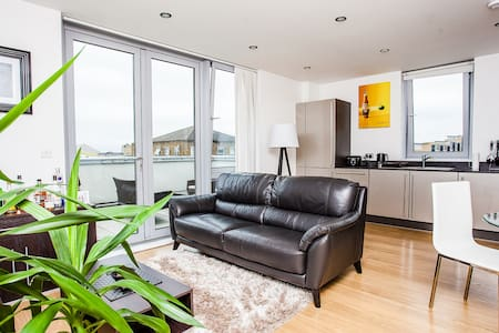 Modern 1 Bed with Beautiful Terrace- Limehouse - Londra