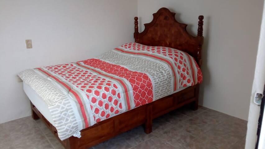 Cuarto 2, 1 cama matrimonial.