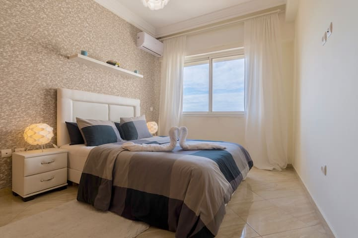 Your Bedroom Is Overlooking The Atlantic Ocean (AC Available )