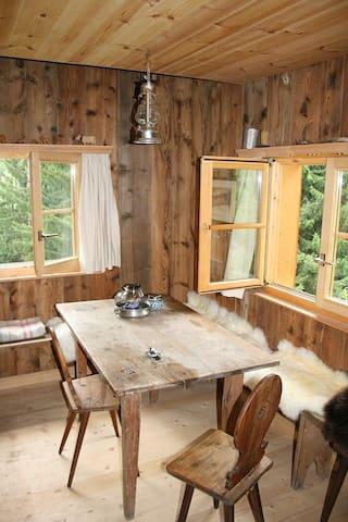 Der Innenraum ist sehr einfach ausgestattet und klein.