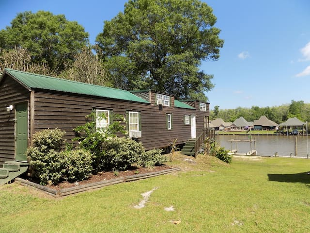 WATERFRONT CABIN BETWEEN BATON ROUGE & NEW ORLEANS - Saint Amant - Appartement