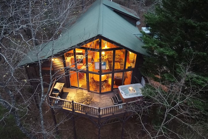 No Stress At All - secluded & cozy cabin with large wall-to-wall windows