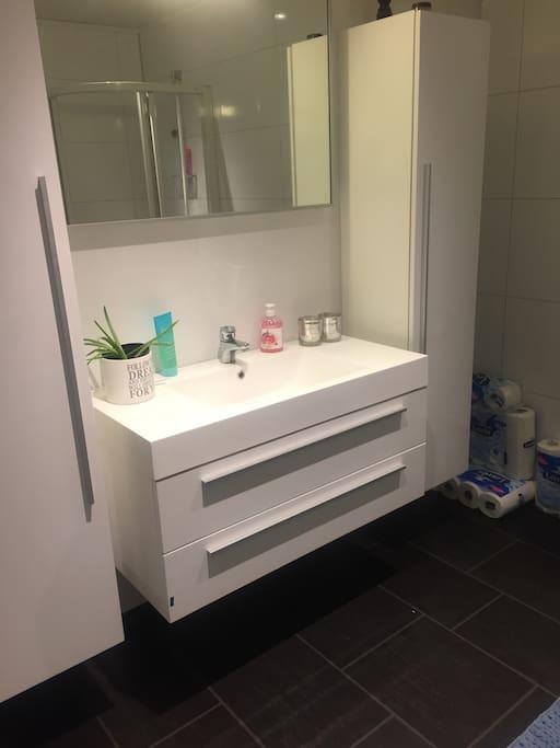 Stort bad med dusj og badekar