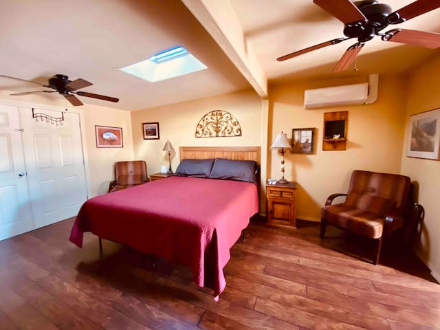LUXURY SUITE W/PRIVATE DOOR - FAST WIFI- COLD AC!