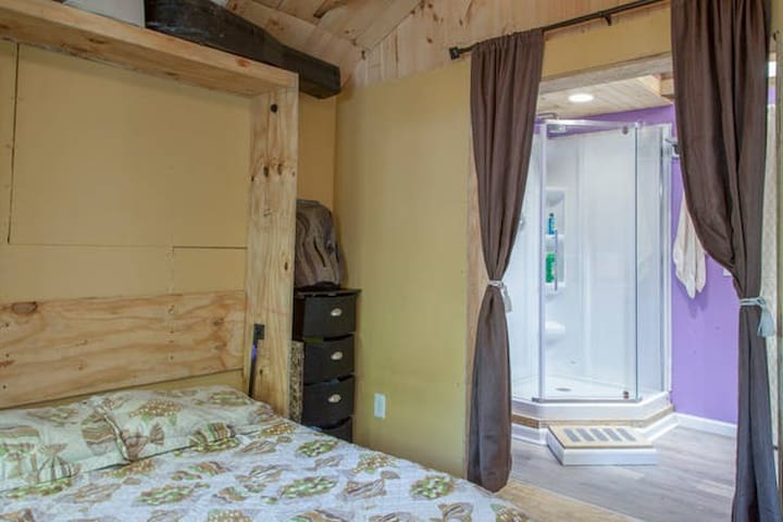 Cozy Private Ensuite Room on South Campus SU!