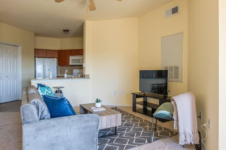Spacious 2BR Apt in Downtown