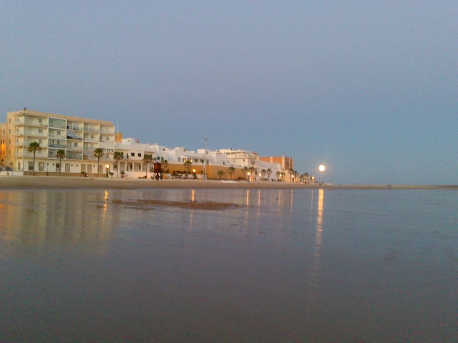 Vista del edificio desde la playa en marea baja
