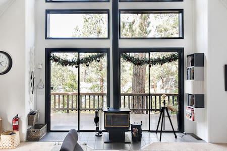 Nordik Eskape-Romantic Scandinavian Treetop Cabin