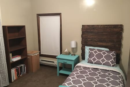 Cute Upstairs Guest Room - Milford