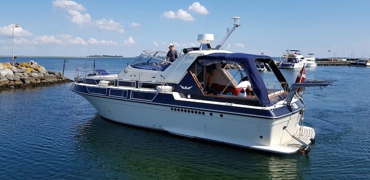 Spacious boat in idealistic surroundings