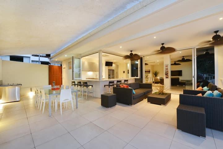 Sun Deck 2 Bedroom Apartment | Entertainer Delight