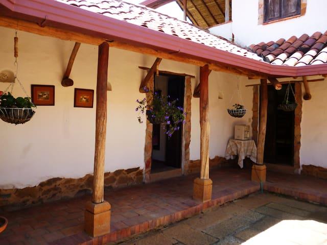 Pasillos, paredes con piedra de Barichara