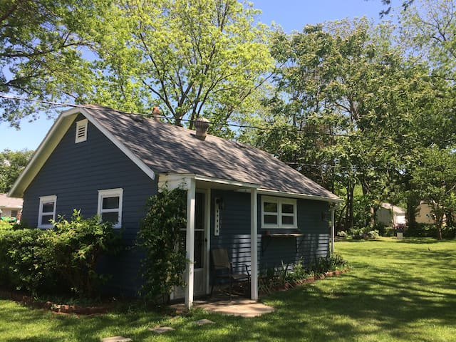 Quaint Cottage - Kansas City Area