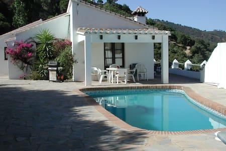 Maison de vacances moderne avec piscine privée à Casares