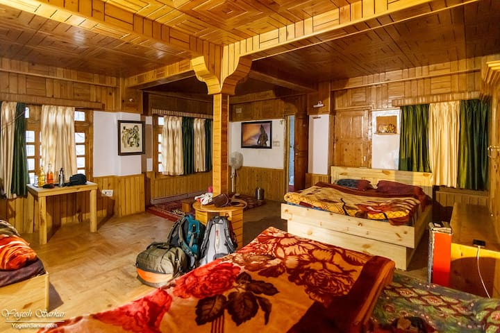 Wooden Room w/ Balcony with a view n Parvati River