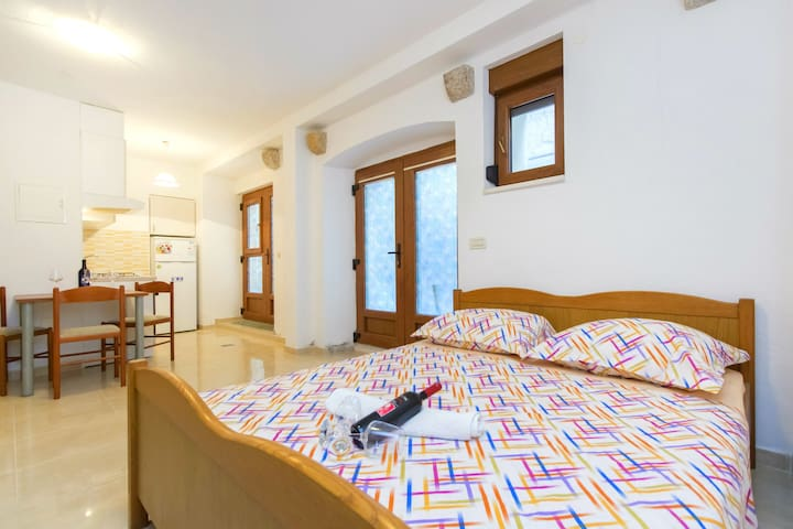 Authentic stone house apartment by the sea - Kaštel Novi
