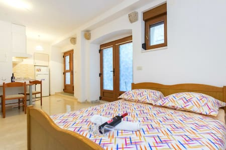 Authentic stone house apartment by the sea - Kaštel Novi - Lejlighed