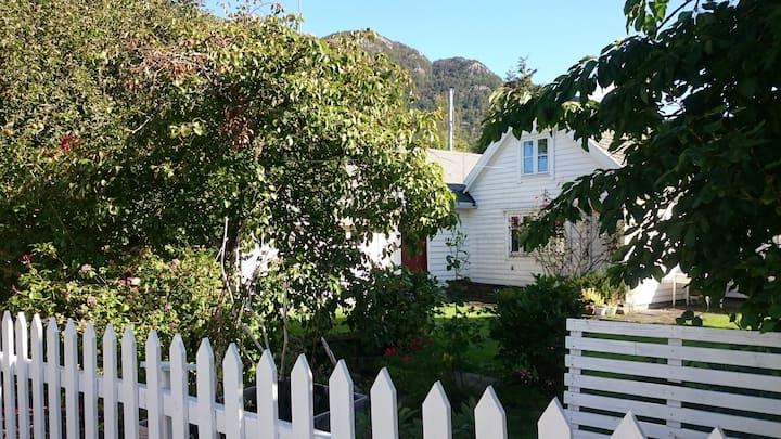 Small house in Jondal, Hardanger (Folgefonna)