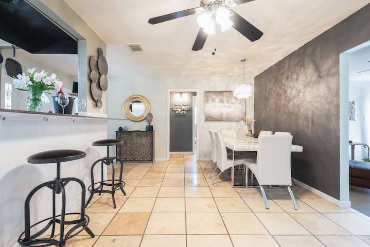 Resort-style home w/ hottub,pool & spa-like shower
