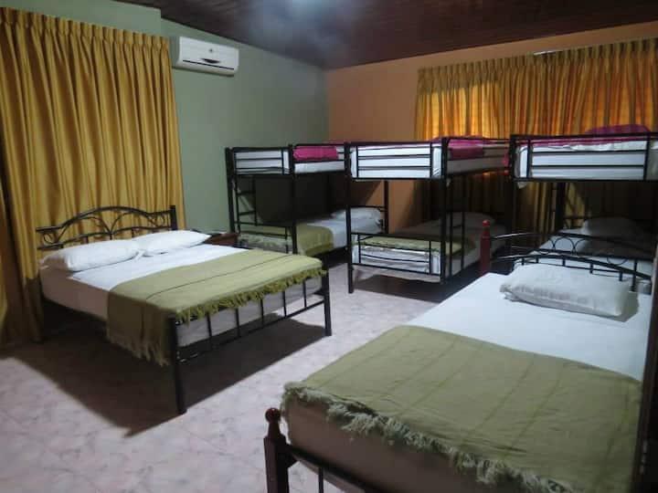 Family Room With A/A - Habitación Familiar o Grupo