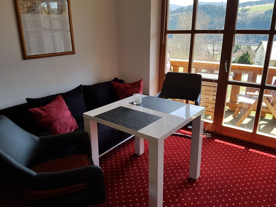 Esstisch mit Schwingstühlen und Sofabett