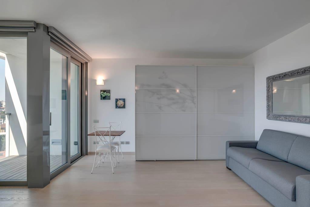 Grande sala con tavolo e ampio armadio e tavolino da lavoro