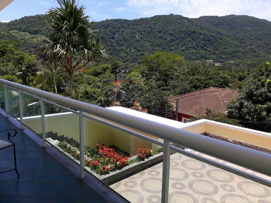 Varanda com linda vista da Serra e arredores, com muito verde em condomínio, próximo a todas as facilidades de comercio