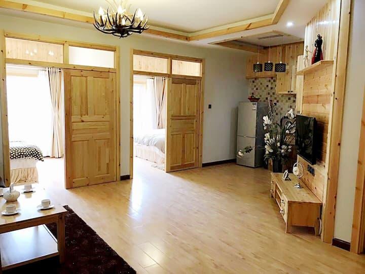 悦玩四季度假北欧风情实木精装2室一厅,可住5人,周围生活设施便利。