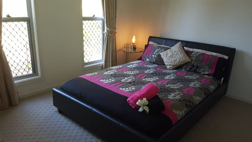 Clean, Comfortable & Quiet Retreat-Fast Free WiFi! - Calamvale - Haus