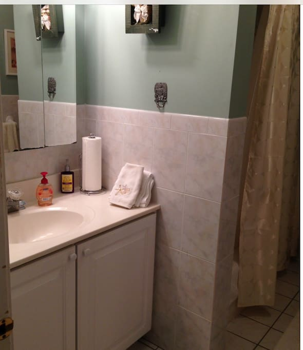 Beautiful full bath! Bathroom it's shared with others!