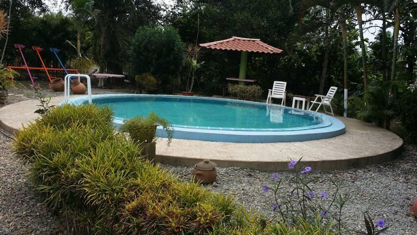 Casa de campo y piscina en la ciudad.