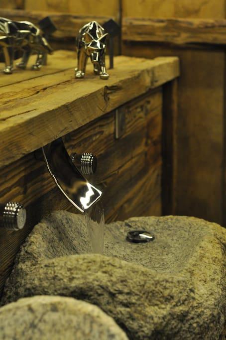 Lavabo en granit du Mont-Blanc vieux bois local et robinetterie haut standing