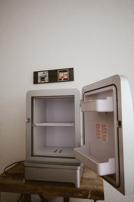 Kühlschrank für kleines Frühstück, Aufschnitt oder Getränke.