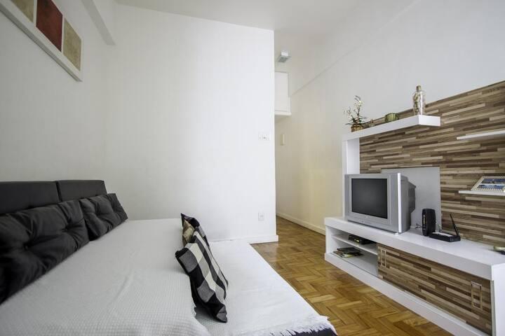 Excelente localização, sala, 1 quarto, e cozinha separadas e 1 banheiro #169.CP