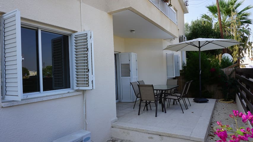 Kato Paphos 2 bed Apt walking distance to the sea.