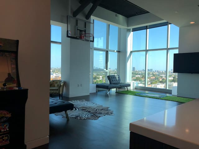 HOLLYWOOD PENTHOUSE VIEW BASKETBALL COURT & ARCADE