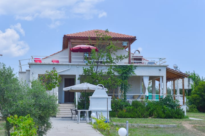 Cozy appartment in tree garden 150m by the sea