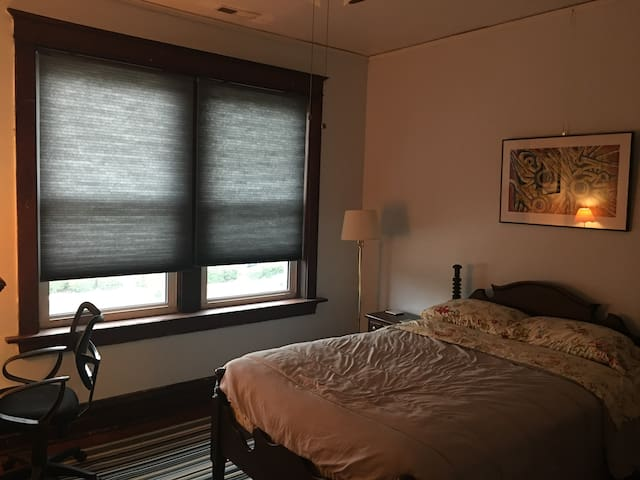 Lovely room for rent, right next to Forest Park!