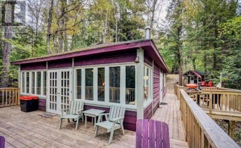 Beautiful Cabin style cottage on Muskoka River