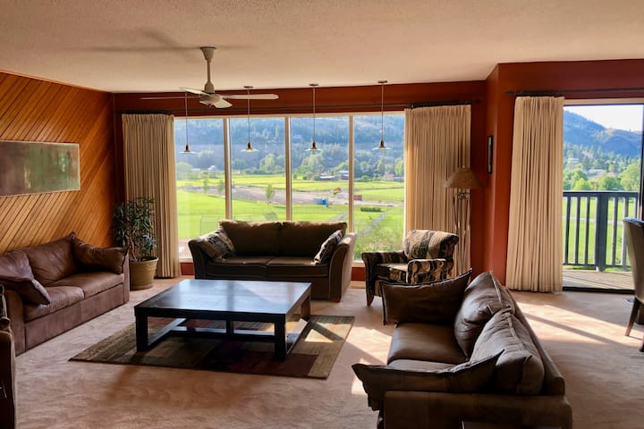 South Okanagan Getaway | 4 Bedroom Home w/ Hot Tub