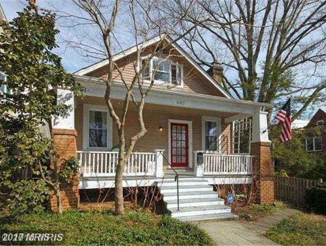 "Your Finest ""DC Cottage"" Experience in Georgetown - วอชิงตัน - บ้าน"