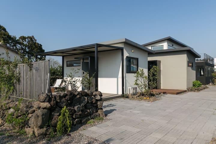 """프라이빗 독채커플펜션, 귤밭속 내집 """"드랑드랑"""" - 제주시 - House"""