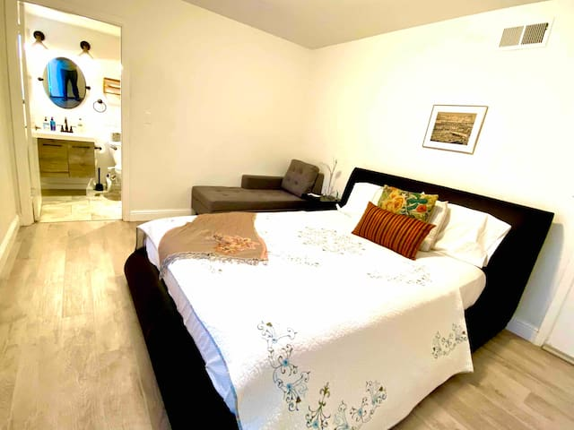 Private bedroom in Belmont downtown