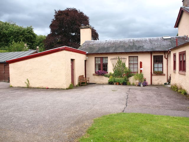 Family friendly, Nicolson Cottage, Strathpeffer