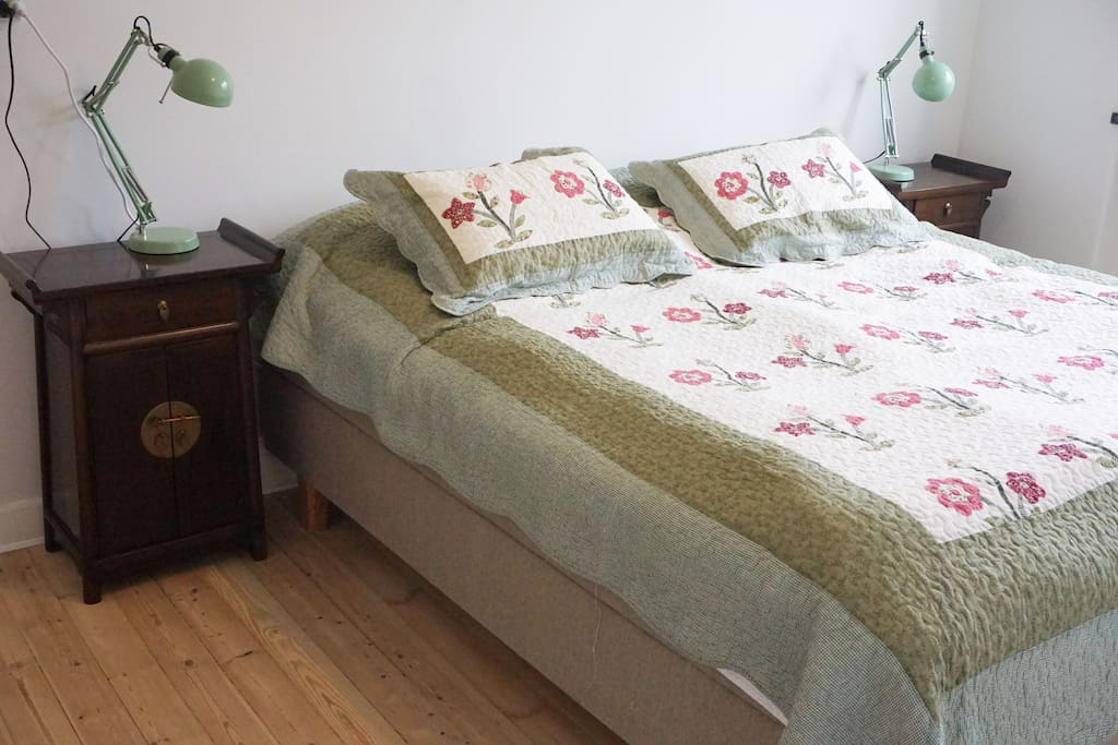 Bed room with very good king size double bed.
