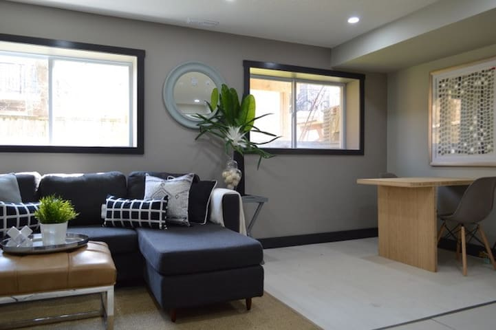 Custom finished - business ready apartment - Kitchener - Pis