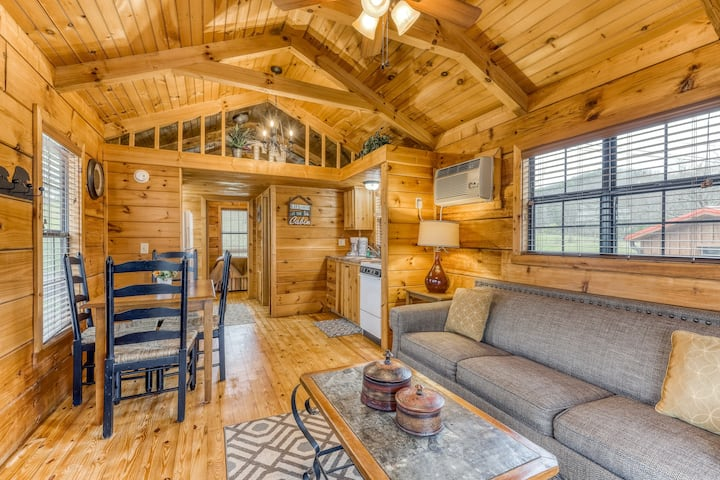 Welcoming cabin w/ a firepit & private hot tub - close to the national park!